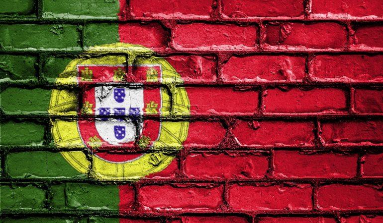 Bandeira de Portugal, pintada numa parede de tijolo